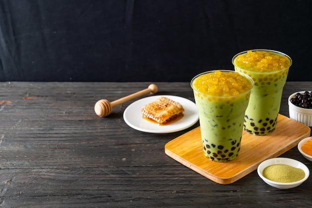 Latte Au Thé Vert Avec Bulles Et Bulles De Miel Photo Premium