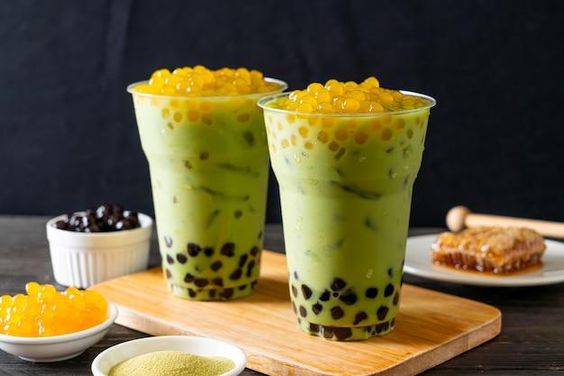 Latte De Thé Vert Avec Bulle Et Bulles De Miel Photo Premium