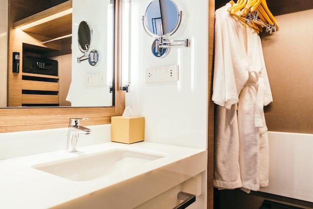 Lavabo blanc et eau de robinet dans la salle de bain Photo gratuit