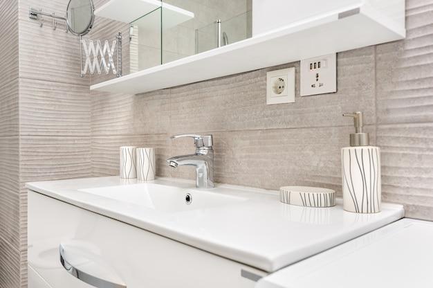 Lavabo dans la salle de bain moderne Photo Premium