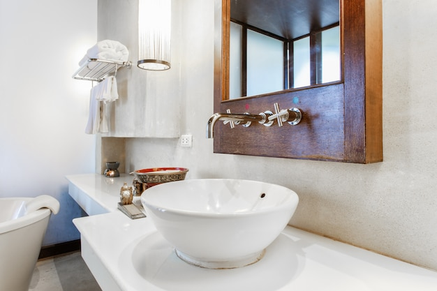 Lavabo en marbre moderne dans les toilettes Photo Premium