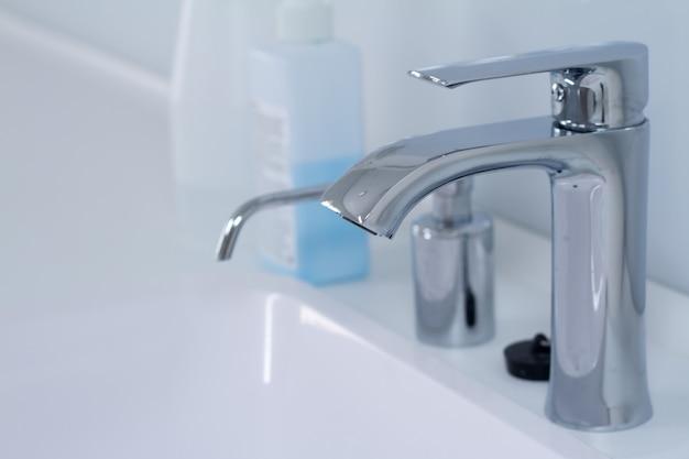 Un lavabo moderne avec robinet au style minimaliste Photo Premium