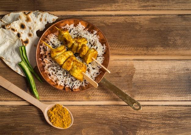 Lavash et épices près du plat de riz Photo gratuit