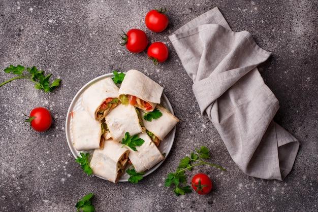 Lavash rouleaux au poulet et légumes Photo Premium