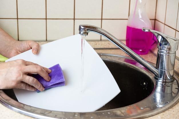 Laver la vaisselle dans l'évier Photo Premium