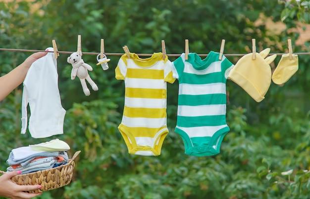 Laver Les Vêtements De Bébé, Le Linge Sèche à L'air Frais Photo Premium