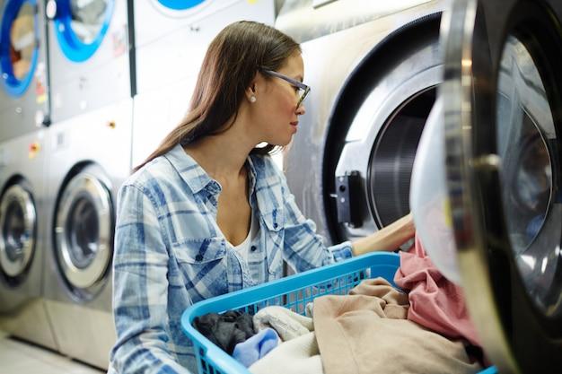 Laver les vêtements sales Photo gratuit