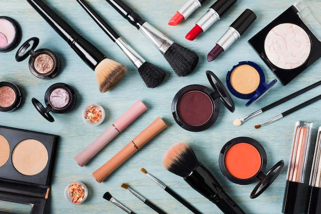Lay out of énorme ensemble cosmétique décoratif Photo gratuit