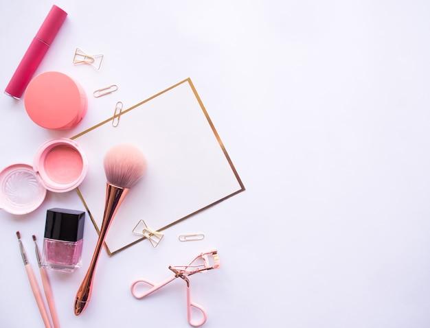 Lay plat d'accessoires cosmétiques. Photo Premium