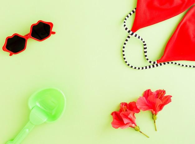 Lay plat d'accessoires d'été et de fleurs Photo gratuit