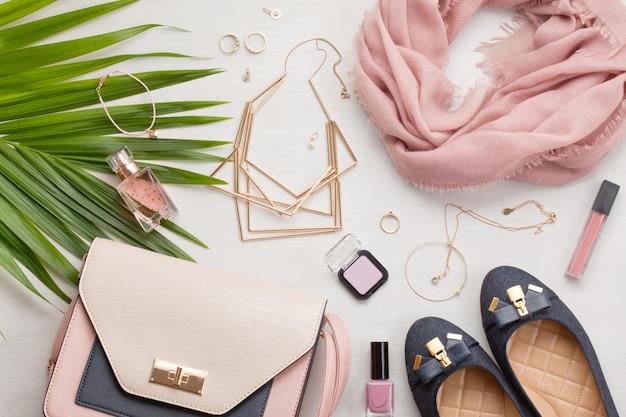 Lay plat avec accessoires femmes Photo Premium