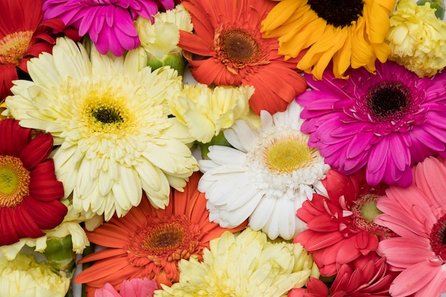 Lay plat de belles fleurs Photo gratuit