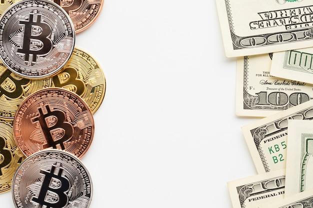 Lay plat de bitcoin et papier-monnaie Photo gratuit