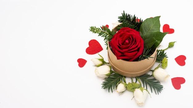 Lay Plat De Bol Avec Rose Et Coeurs Photo gratuit