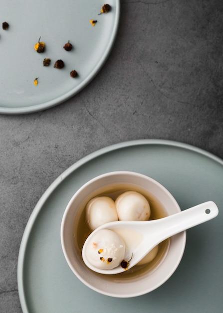 Lay plat de boulettes et une cuillère Photo gratuit