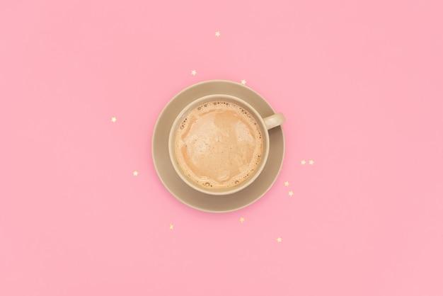 Lay plat. cacao dans une tasse sur un fond rose Photo Premium