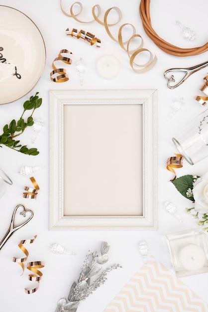 Lay Plat De Cadre De Mariage Blanc Avec Des Décorations Photo gratuit
