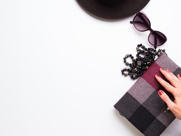 Lay plat avec chapeau de femme, collier de lunettes de soleil Photo Premium