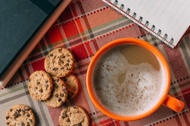 Lay plat de chocolat chaud sur fond de cachemire Photo gratuit