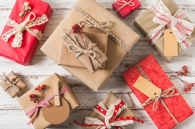 Lay plat de coffrets cadeaux sur fond en bois Photo gratuit