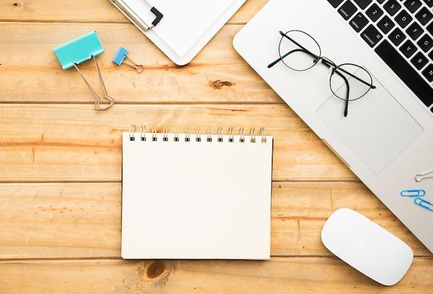 Lay plat de conception de bureau avec ordinateur portable Photo gratuit