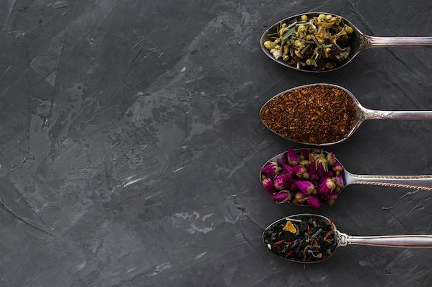 Lay plat de cuillères en argent avec des épices Photo gratuit