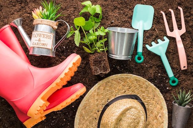 Lay Plat De Divers Objets De Jardin Photo gratuit