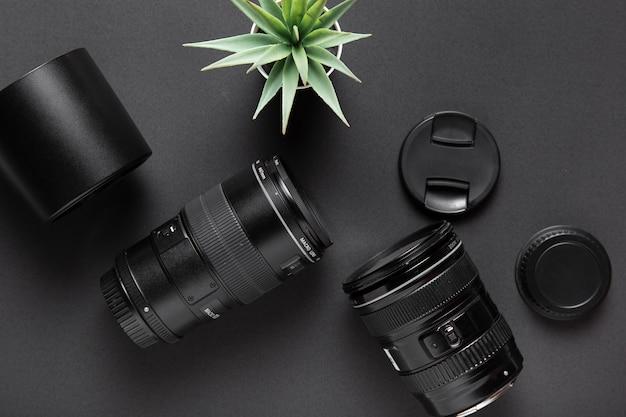 Lay Plat Du Concept De Photographie Sur Fond Noir Photo gratuit