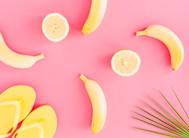 Lay plat de fruits et tongs Photo gratuit