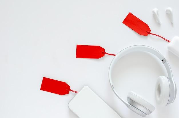Lay plat de gadget avec étiquette de prix rouge sur fond blanc pour le concept de vente en ligne cyber monday. Photo Premium