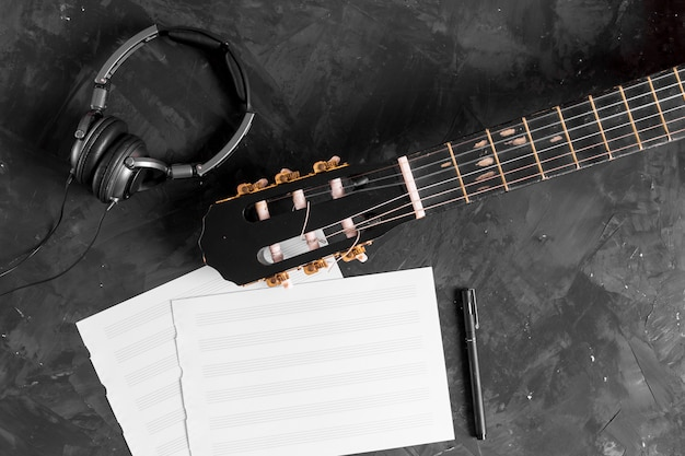 Lay plat de guitare et notes de musique Photo gratuit