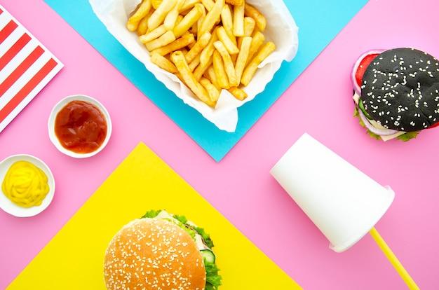 Lay plat de hamburgers avec des frites Photo gratuit