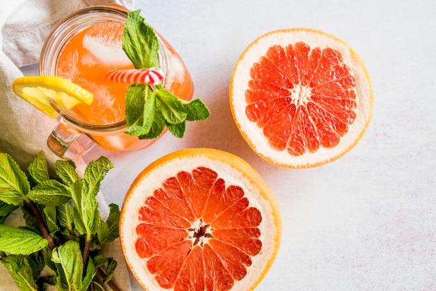 Lay plat de jus de fruits d'été en bonne santé Photo gratuit