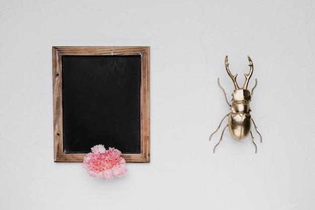Lay plat de modèle d'ardoise avec le concept de nature Photo gratuit
