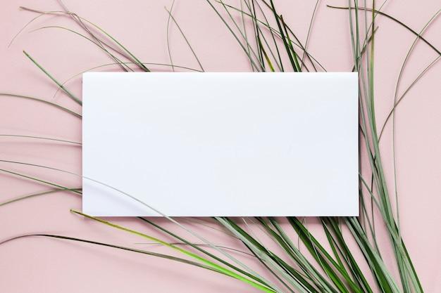 Lay Plat De Modèle De Carte De Papier Avec Des Herbes Photo gratuit