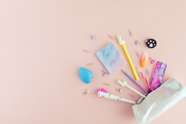 Lay plat de papeterie scolaire élégant kawaii sur rose. Photo Premium
