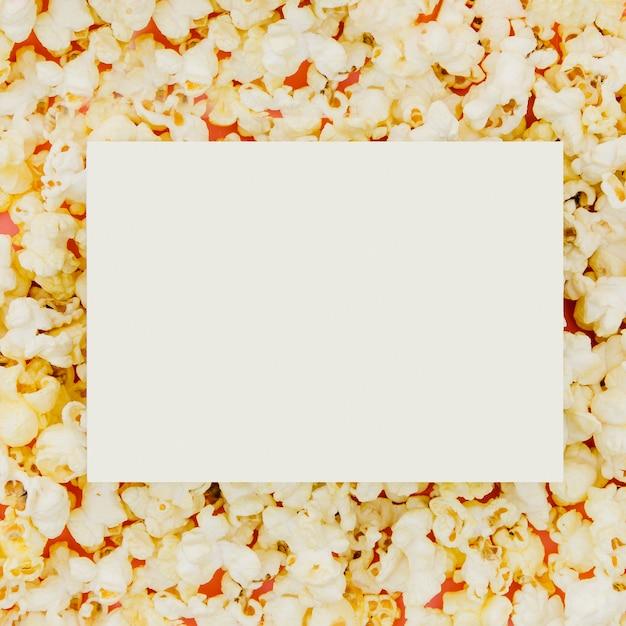 Lay plat de papier sur pop-corn pour le concept de cinéma Photo gratuit