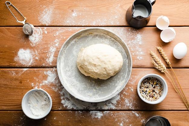 Lay plat de la pâte sur un plateau sur une table en bois Photo gratuit