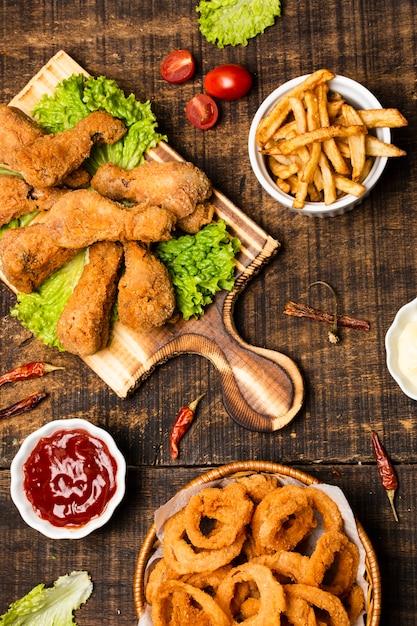 Lay plat de pilons frits avec des frites Photo gratuit