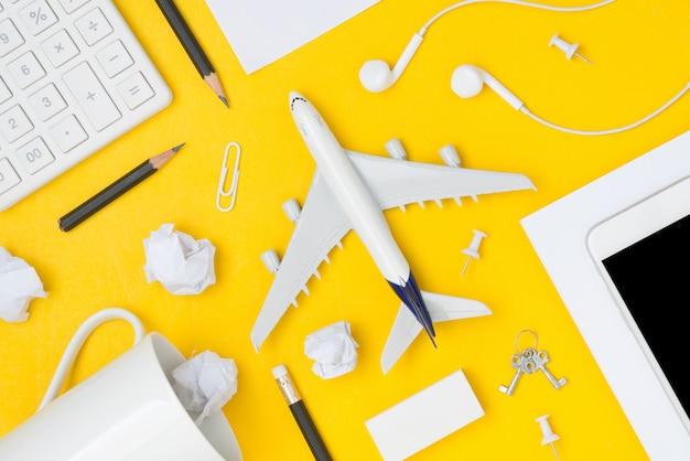 Lay plat de planification de voyage avec espace sur fond jaune Photo Premium