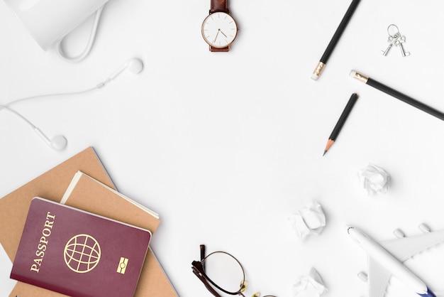 Lay plat de planification de voyage avec un espace vide sur fond blanc Photo Premium