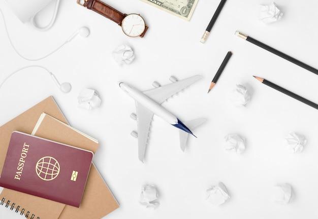 Lay plat de planification de voyage sur fond blanc Photo Premium