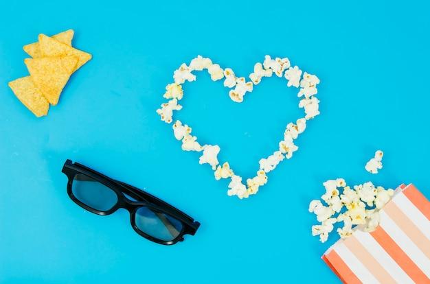 Lay plat de pop-corn et des lunettes 3d pour le concept de cinéma Photo gratuit