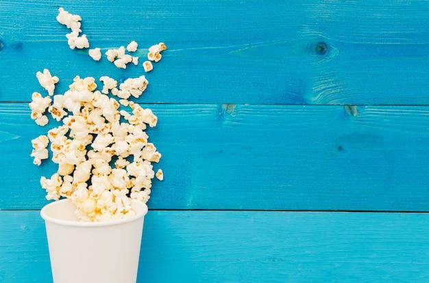Lay plat de pop-corn pour le concept de cinéma Photo gratuit