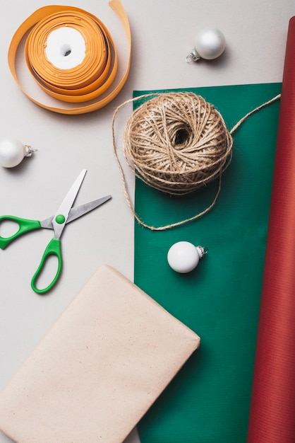 Lay plat de ruban et de ficelle pour noël Photo gratuit