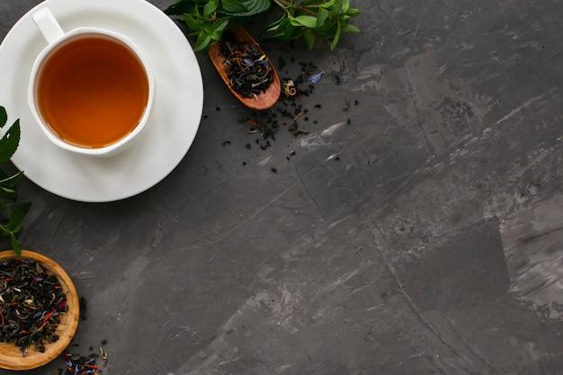 Lay plat de tasse de thé à la menthe Photo gratuit
