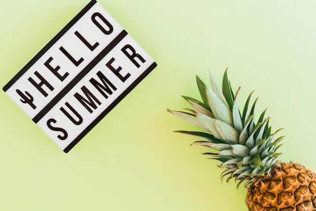 Lay plat de texte et d'ananas tropical Photo gratuit