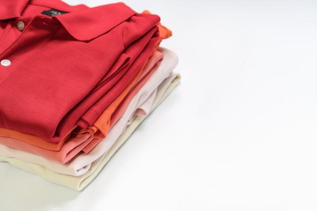 Lay plat de vêtements et accessoires femme. fond féminin de mode tendance. Photo Premium