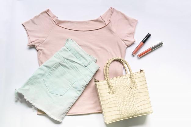 Lay plat de vêtements femme et accessoires sertie de sac à main. fond féminin de mode tendance. Photo Premium