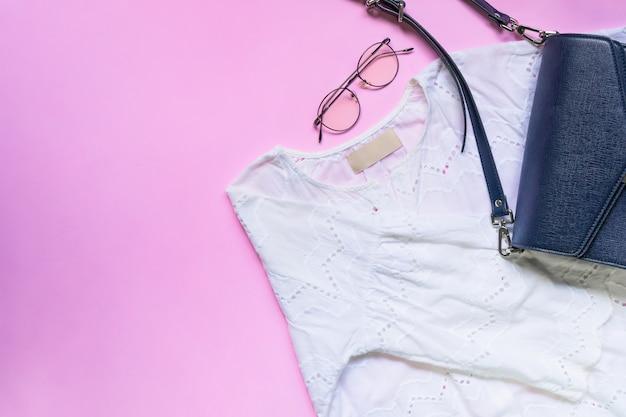 Lay plat de vêtements femme et accessoires sertie de sac à main. Photo Premium